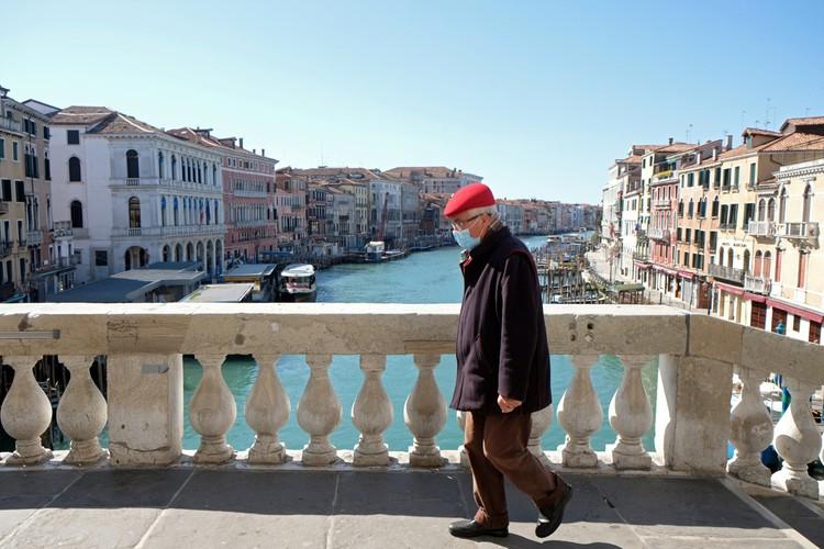 Сообщают, что в Венеции вода в каналах стала прозрачная, аж дно теперь видно.