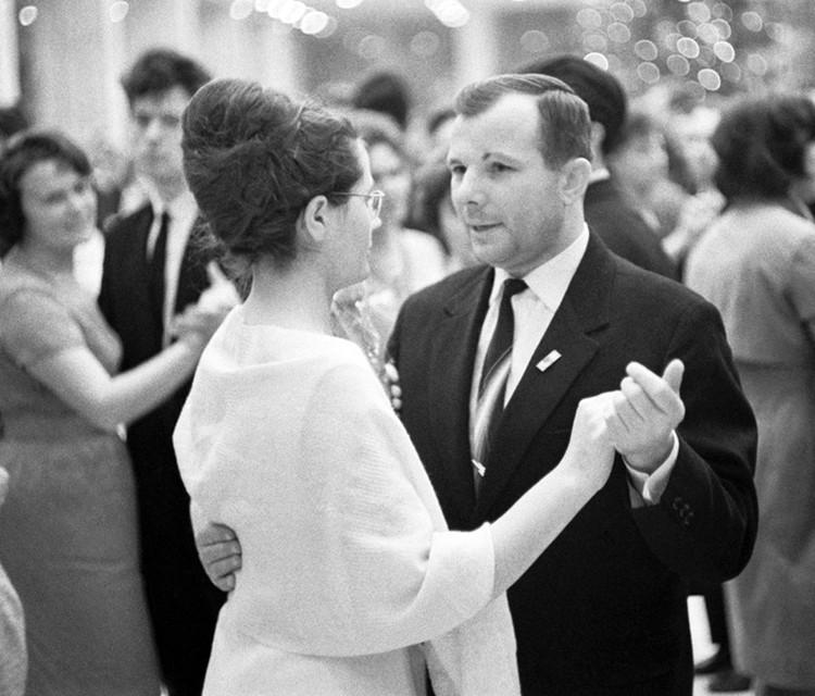 1965 год. Юрий Алексеевич Гагарин и его супруга Валентина Ивановна на новогоднем балу в Кремлевском Дворце съездов