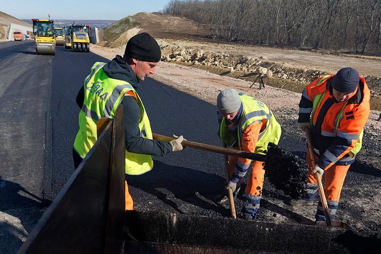В Крыму идет ремонт и строительство дорог, чего на протяжении 30 лет не было. Фото: Сергей Мальгавко/ТАСС