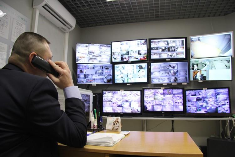 За всем происходящим во дворе домов день и ночь наблюдают специалисты службы охраны.