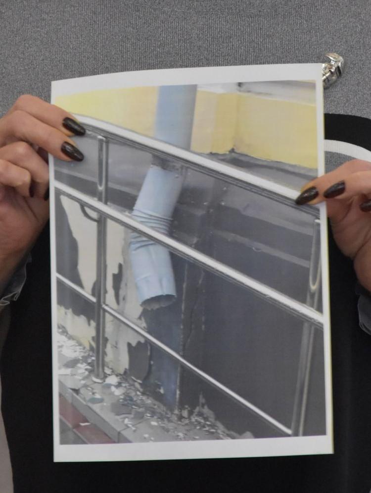 Штукатурка в театре сыпется и на фасаде, и внутри здания. Фото: пресс-служба облсовета