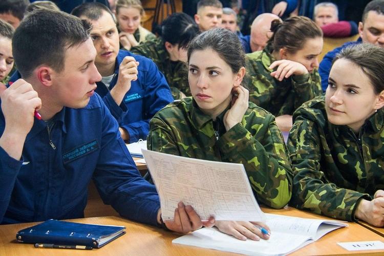 Прежде, чем отправиться на аэродром, курсантки вместе с инструкторами обсуждают все моменты предстоящего полета. Фото: Минобороны России.
