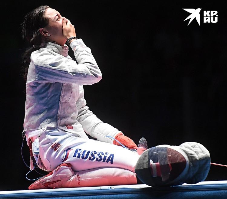 Яна Егорян после завершения финального поединка индивидуального первенства по фехтованию на саблях среди женщин на XXXI летних Олимпийских играх в Рио.