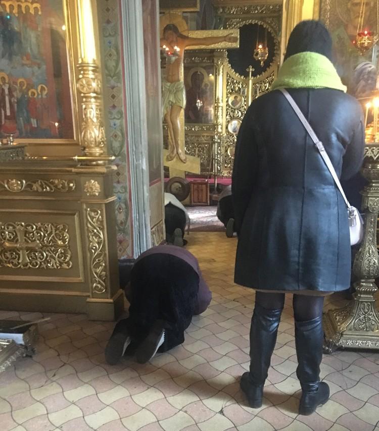 Прихожанки православного храма исцеловали не только иконы, но и пол.