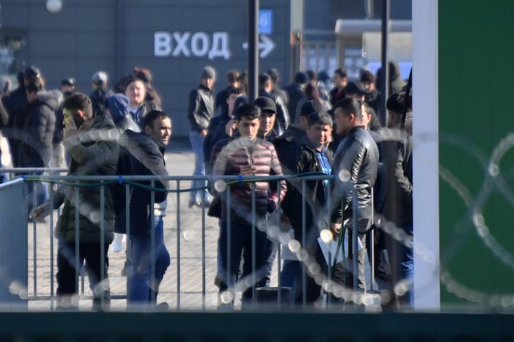Попасть в этот мир журналисту совершенно нереально: поскольку гражданам России в концлагерь под названием «Многофункциональный Миграционный центр» вход воспрещен.