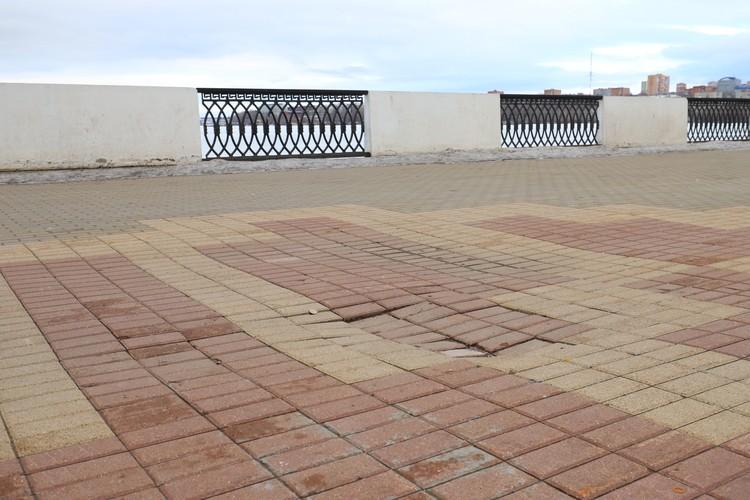 Местами брусчатка пошла «волнами». В прошлом году тротуары собирались привести в порядок ко Дню города