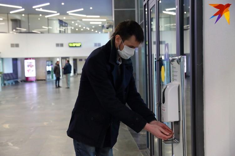 В минском аэропорту установлены диспенсеры - устройства для дезинфекции рук.