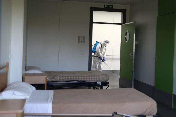 Дезинфекция палат в медицинском учреждении для психически нездоровых, Хетафе, Испания.