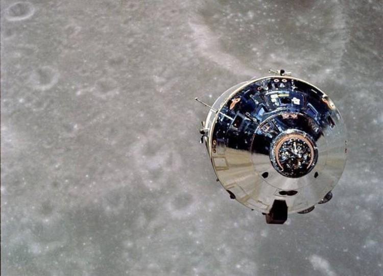 "Вид на командный модуль ""Аполлона-10"" из лунного модуля."
