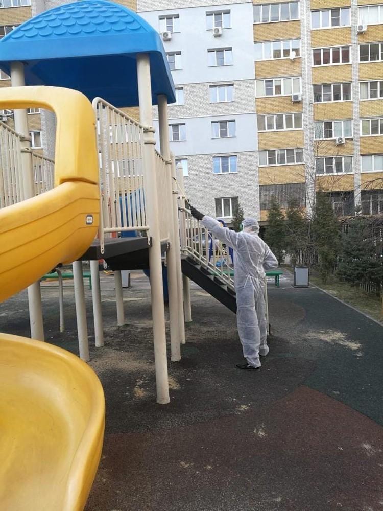 Обработке подвергается все, что находится на общей территории, в том числе детские площадки с каруселями и ручки калиток.
