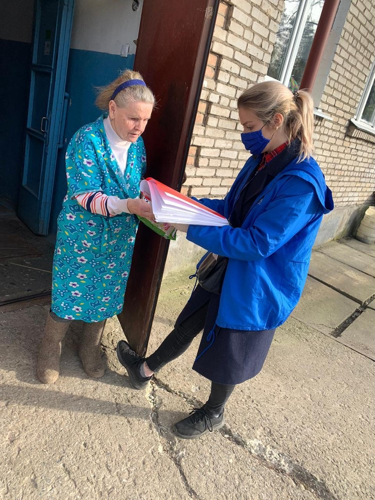 Добровольцы помогают пожилым и одиноким людям с доставкой продуктов и лекарств. Фото предоставлено пресс-службой правительства Ленинградской области.