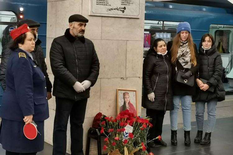 Помолчать вместе к доске пришли участники событий и потерявшие родных. Фото: Ассоциация оказания помощи жертвам терактов и ЧС «Надо жить!»