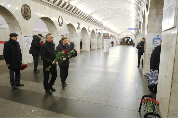 Цветы к мемориальной табличке возложили первые лица города. Фото: Администрация Санкт-Петербурга