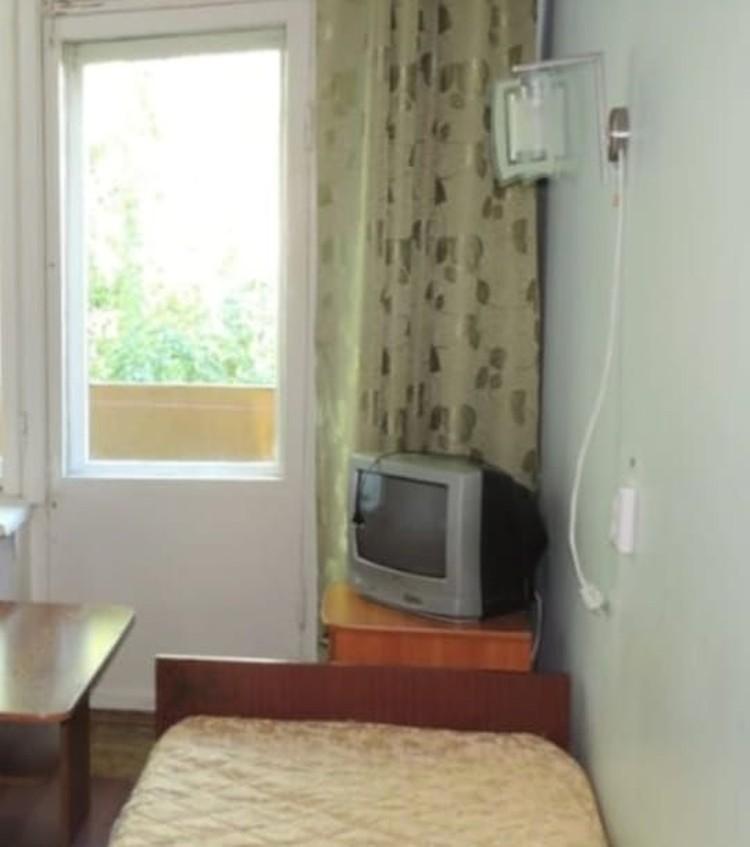 Здесь и стены белые, и телевизор в наличае.