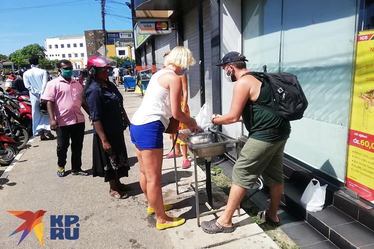 Посреди улиц - умывальники с мылом и бесплатным антисептиком