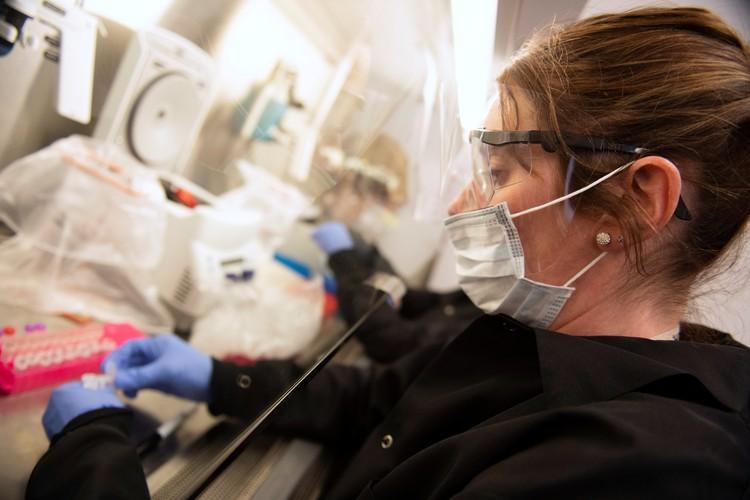 У специалистов, которые занимаются исследованием SARS-CoV-2, нет никаких сомнений, что вирус может распространяться в воздухе.
