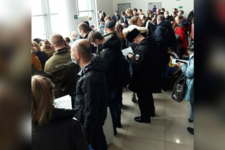 Социальная дистанция в аэропорту Владивостока не соблюдается. Фото: предоставлено читательницей