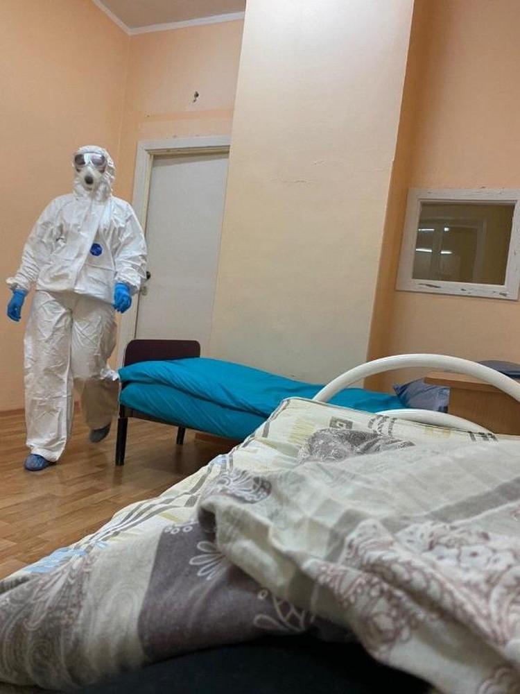 В палате девушка лежит с двумя детьми. У бокса предусмотрен отдельный вход и санузел, чтобы пациенты не контактировали с другими людьми. Фото: t.me/covidizh
