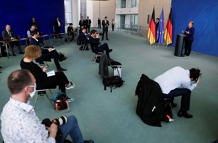 Меркель ошарашенным немцам доложила, выступая с экстраординарным обращением, что коронавирусом в стране может заразиться 70% населения