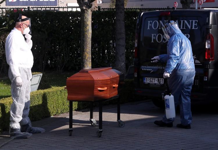 Дезинфекция гроба перед похоронами жертвы коронавируса в Бельгии.