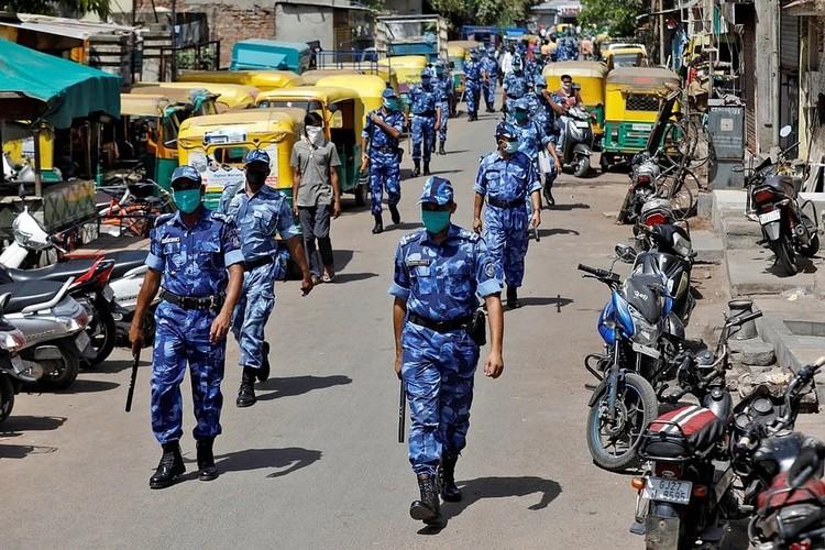 Поддерживать карантин полиции помогает немало добровольцев из местных жителей. Фото: REUTERS
