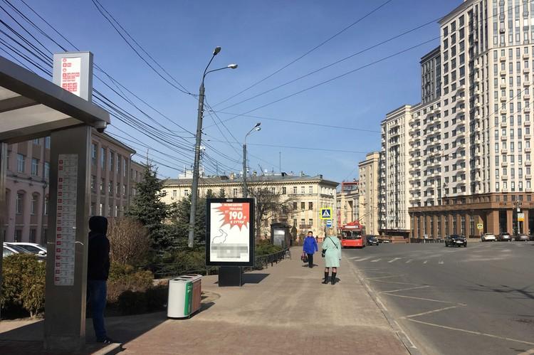 Непривычно пустая остановка на площади Свободы.