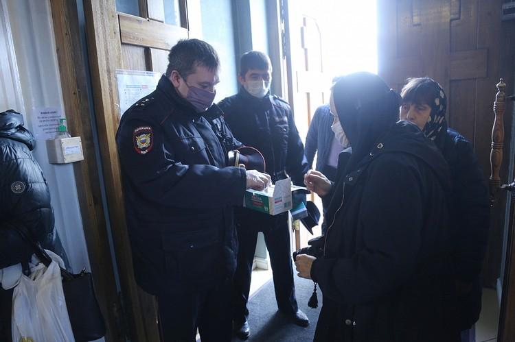 На входе прихожанам раздавали маски. Фото: Челябинская епархия