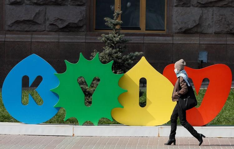 Надо заметить, что киевляне соблюдают «масочный режим» тоже своеобразно.