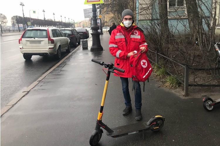Люди в ярко-красных жилетках спешат к пожилым горожанам пешком, на электросамокатах и личном авто. Фото: Санкт-Петербургское региональное отделение Российского Красного Креста