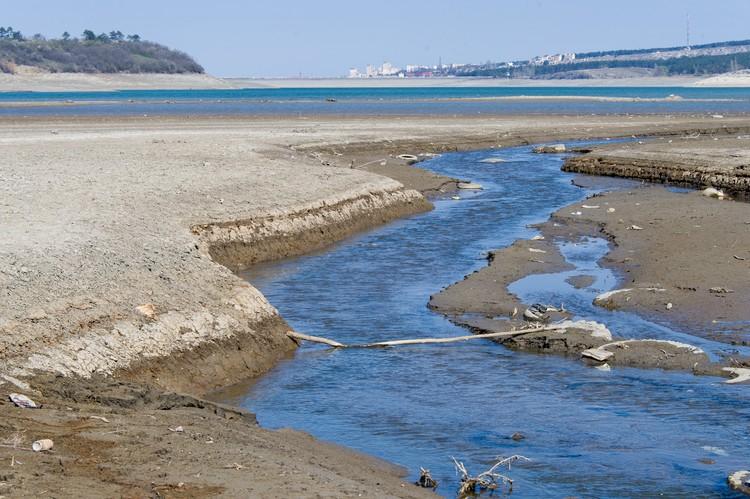 Там, где раньше был полноценный разлив воды, осталась лишь маленькая речушка