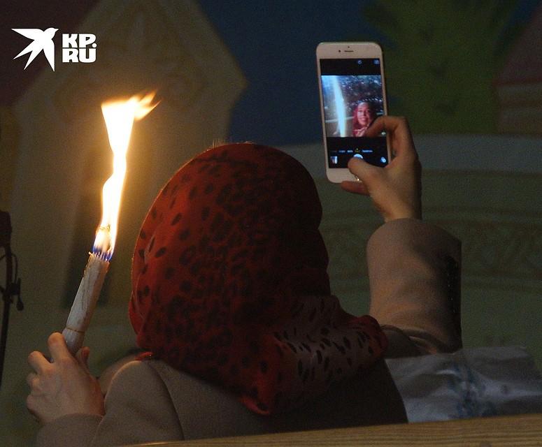 Для кого-то Благодатный огонь - повод для селфи. Фото: Алексей БУЛАТОВ