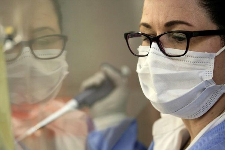 Медик во время обработки биоматериала теста на коронавирус.