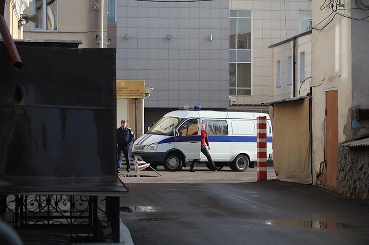 Около здания СК машину вплотную прижали ко входу.