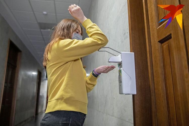 Старайтесь по минимуму касаться контактных поверхностей руками. К примеру, открывать дверь или нажимать на санитайзер можно локтем.