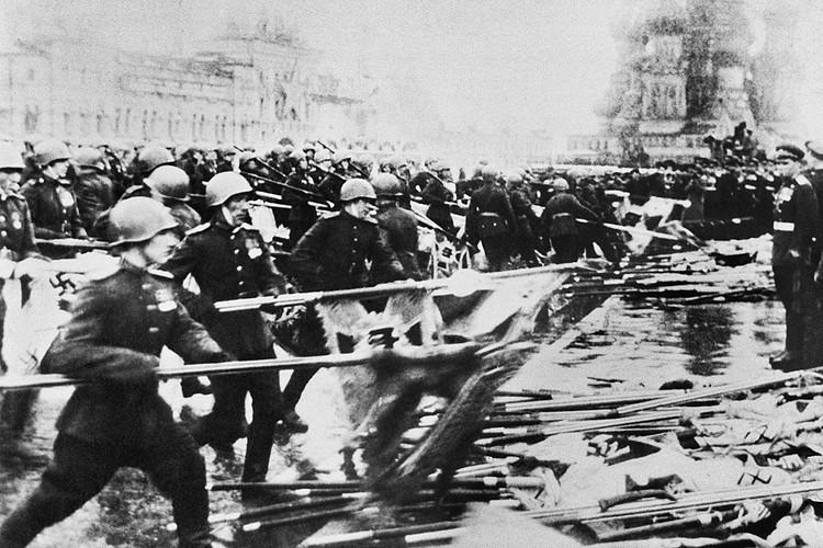 Всего немецких знамен было около 900. Из них для проноса на параде отобрали 200. Оставшиеся 700 попали в наши музеи. А те 200, которые бросали к подножию Мавзолея, сожгли