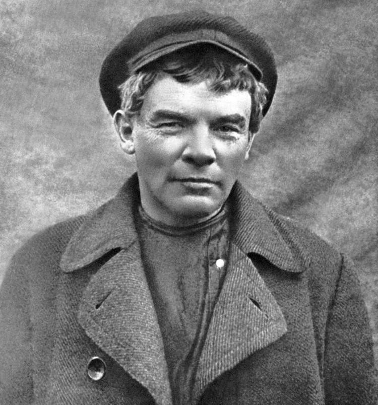 В парике, бритый и в кепке вождь стал рабочим К.П. Ивановым. Фото: Пересъемка Аграфенина А.