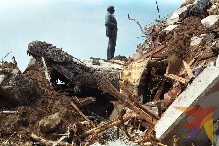 Землетрясение в Нефтегорске на Сахалине в 1995 году уничтожило полностью город. Только Ленин устоял. Специалисты говорят, что под Ленина всегда закладывали прочный фундамент