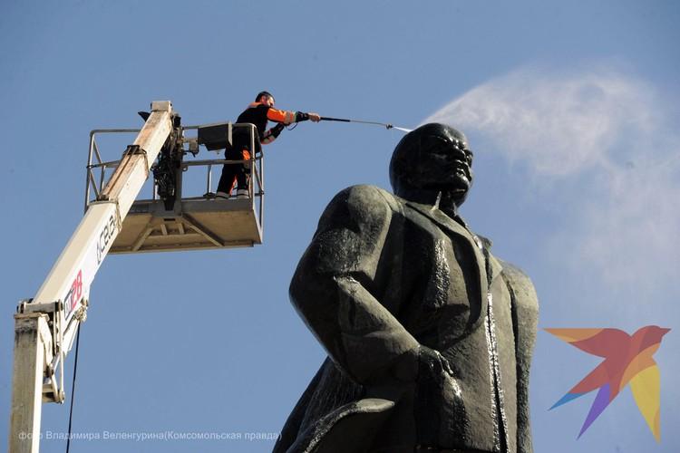 Мойка памятника на Октябрьской площади в 2015 году