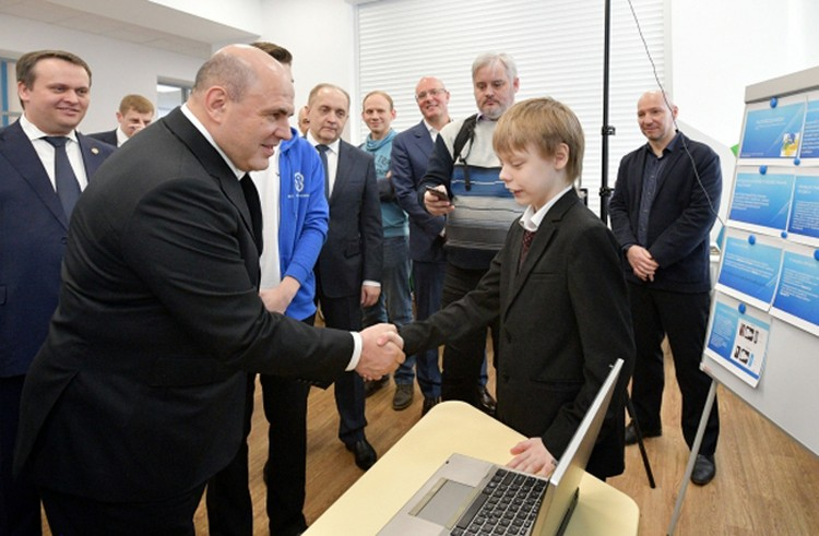 Пока в России не ввели режим самоизоляции и еще можно было ездить по стране и жать руки, премьер лично изучал обстановку на местах. На этом фото - Мишустин в детском технопарке в Великом Новгороде.