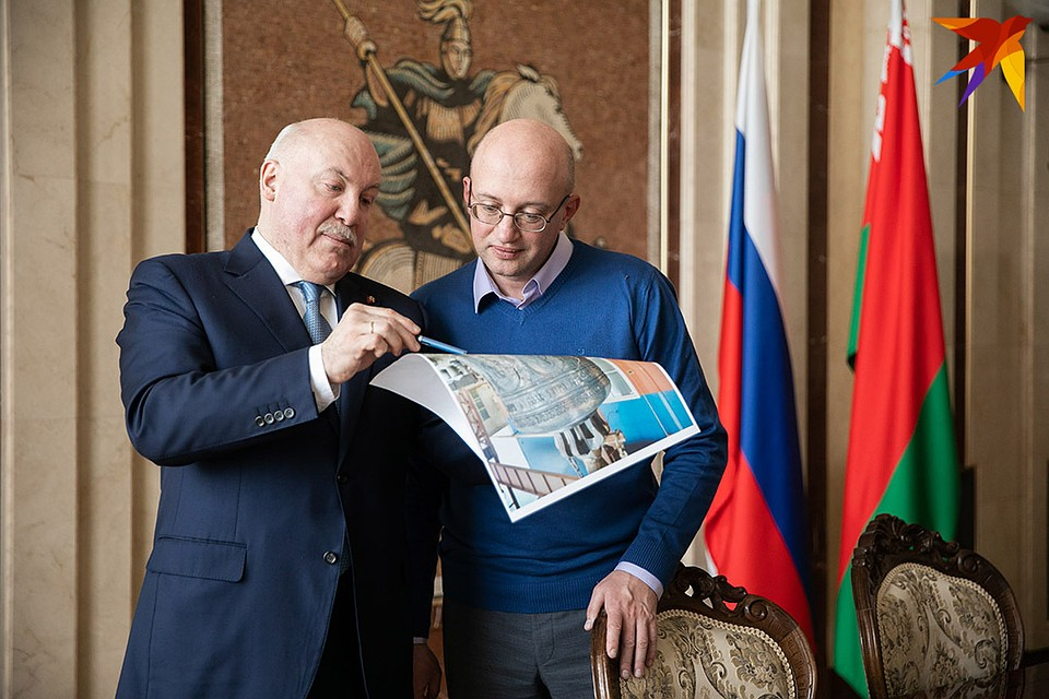 Посол показал, как выглядит самый большой колокол для колокольни в Жировичах. Фото: Павел МАРТИНЧИК