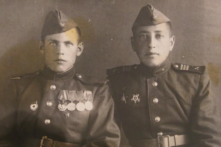 Василий Савичев (слева) с сослуживцем. Фото: Краеведческий музей Тярлево