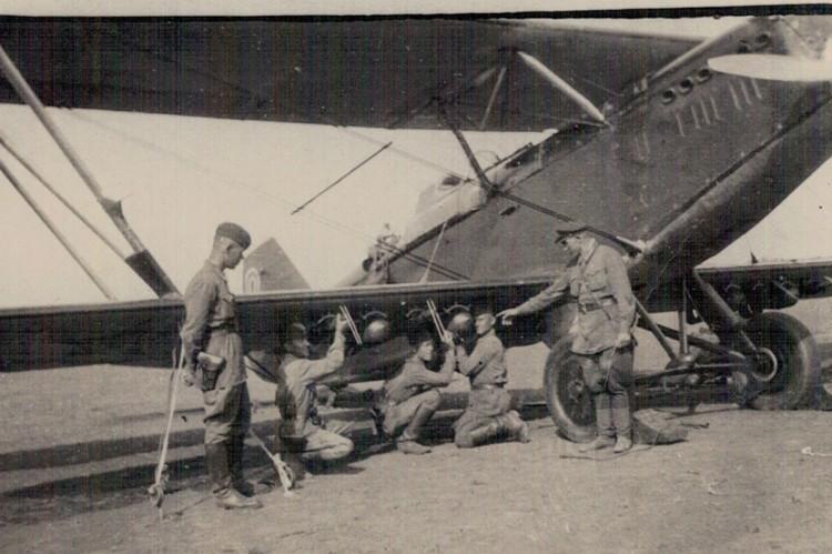 Летчики в работе. Фото: Краеведческий музей Тярлево