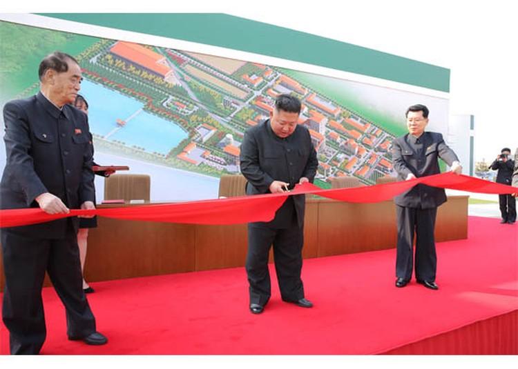 Вопреки слухам о тяжёлой болезни и смерти северокорейского лидера, на открытии завода он выглядел бодрым и весёлым. Фото: Центральное телеграфное агентство Кореи (ЦТАК)
