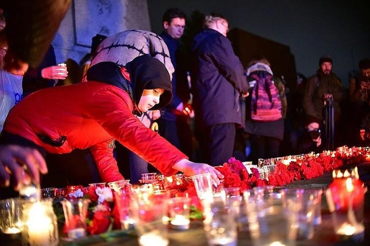 Каждый год сибиряки приходят к Монументу Славы, чтобы зажечь свечи в честь героев.