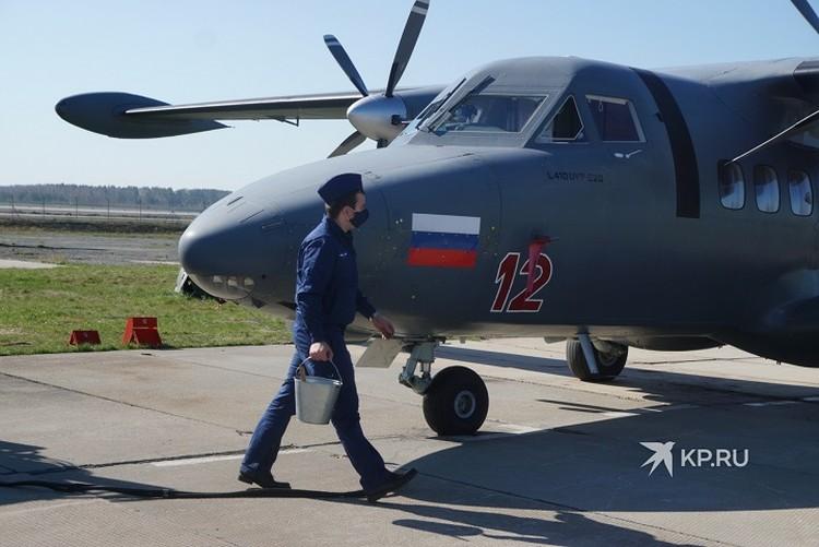 Летчики выполнили сбор в единый строй в заранее определенном районе, полет в составе звеньев на сокращенных интервалах и минимальных высотах от 200 до 400 метров