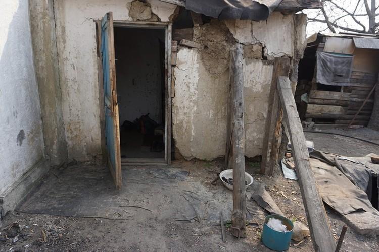 Дом уже давно нуждается в капитальном ремонте.