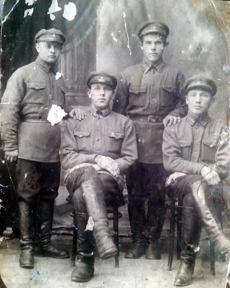 Иван Федорович Никитин - крайний слева. Фото из личного архива дочери Валентины Ивановны
