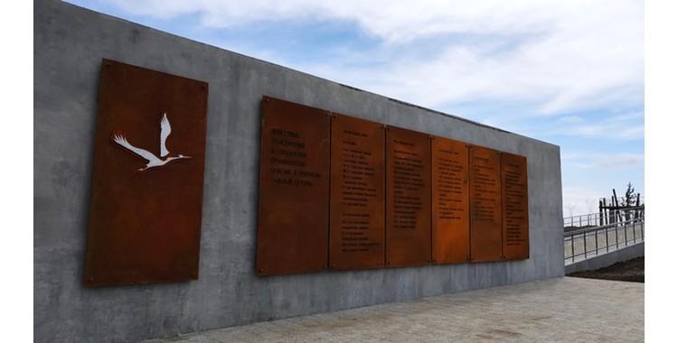 Мемориальная доска погибшим воинам.