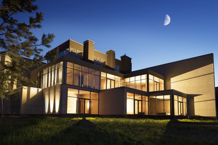 Весь жилой комплекс составляет единое архитектурное целое и объединен в кластеры по несколько домов.