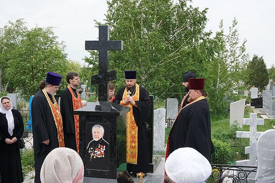 Благочинный Таганрогского округа протоиерей Алексей Лысиков с духовенством на могиле отца Ариана. Фото: Личный архив героя публикации